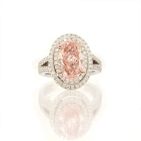 Ring with pink diamond of oval cutting shape