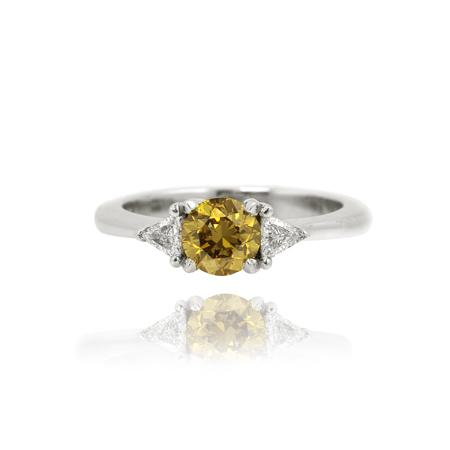 Ring with yellow diamond of round cutting shape