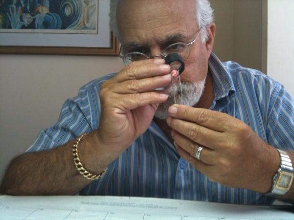 モシェー・スカッパはイスラエルダイヤモンドエクステェンジの公式ディーラー