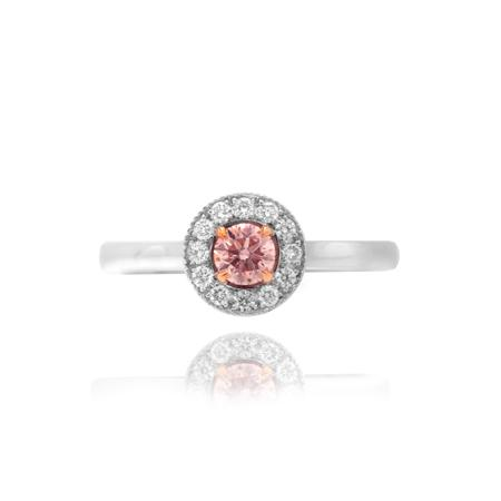 Ring with pink diamond of round cutting shape